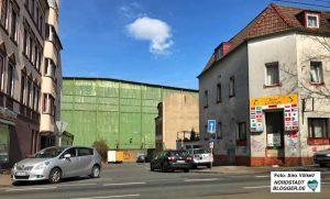 """Die """"Grüne Wand"""" - eine vom Einsturz gefährdete Industriehalle entlang der Rheinischen Straße - könnte dann auch weg."""
