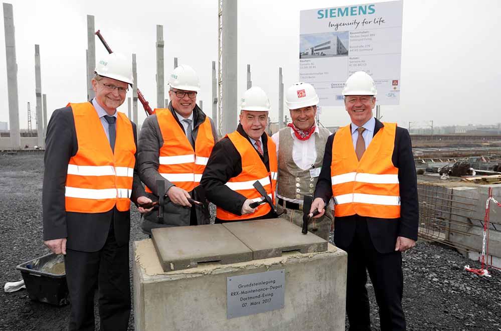 Grundsteinledung: V.l. Ludger Wilde (Stadt Dortmund), Dr. Jürgen Eickholt (CEO Siemens Mobility), NRW-Verkehrsminister Michael Groschek, Polier Stefan Schütz und Martin Husmann (VRR-Vorstandssprecher).