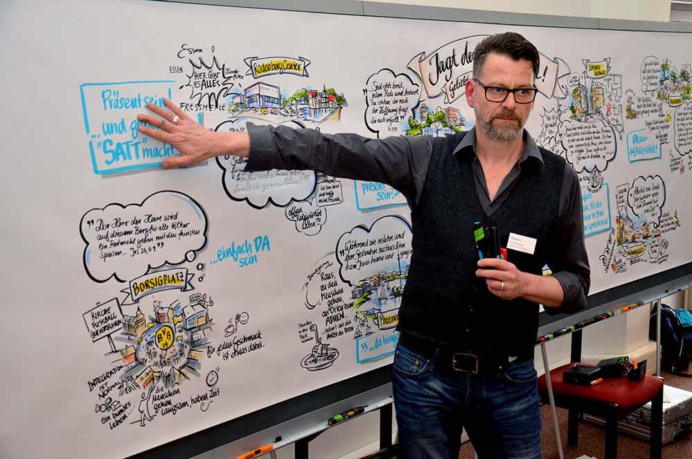 """Diplom-Designer Christoph Illigens von den """"Kommunikationslotsen"""" erstellte aus den Berichten der Arbeitsgruppen eine Live-Visualisierung. Fotos: Michael Bodin / pdp"""