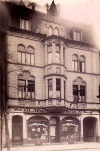 """Das Haus Kielstraße 5 in der zweiten Hälfte der 1920er Jahre. Über den Schaufenstern ist der Schriftzug """"Westf. Allg. Volks-Zeitung"""" zu lesen, unter der Dachrinne – rechts und links vom Erker – dagegen noch der Titel """"Arbeiter-Zeitung"""". (Sammlung Klaus Winter)"""