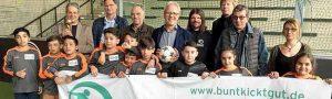 Den Pokal, den Manuel Neukirchner (links) in der Hand hat, war beim Nachwuchsteam von Real Nordstadt gefragt. Die jungen Kicker nehmen am Turnier um den DORTBUNT!-Pokal teil. Fotos: Joachim vom Brocke