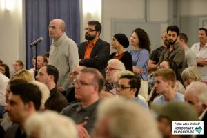 AfD-Politiker Andreas Urbanek und Piraten-Politiker David Grade waren die ersten Besucher am Mikro.
