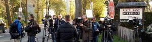 Zahlreiche MedienvertreterInnen warteten auf Erkenntnisse der Rekonstruktion. Fotos: Marcus Arndt