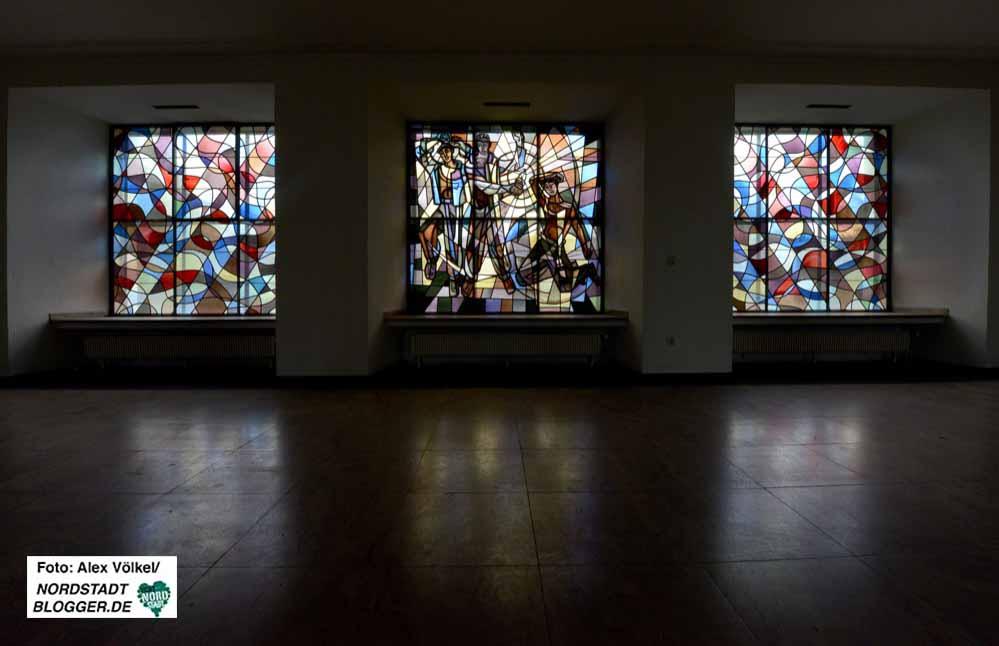 In der Eingangshalle des CEAG-Gebäudes gibt es eindrucksvolle Fensterbilder.