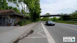 Südlich der Brackeler Straße ist ein Parkplatz, der künftig in privater Hand ist. Über die Brücke ist das Bad erreichbar.
