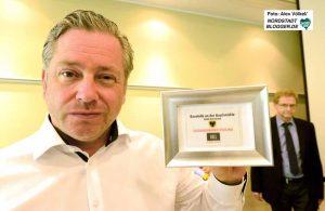 General-Manager Dieter Ulbricht erhielt zum Dank und als Erinnerung die Zugangskarte 001.