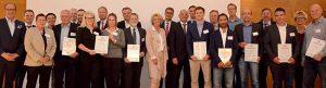 Laudatoren, Moderatoren, Preisträger und in der Mitte Christiane Schönefeld und Detlef Scheele. Bild: Michael Schneider/ Jobcenter Dortmund