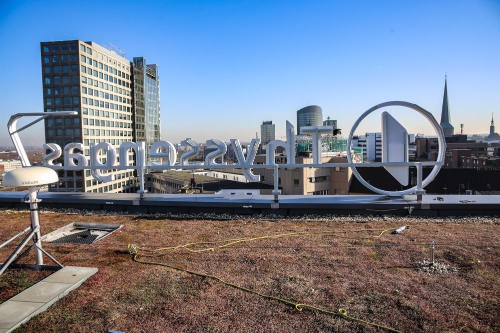 Auf vielen gewerblichen Neubauten ist Dachbegrünung schon berücksichtigt.