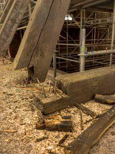 Die Holzkonstruktion ist an vielen Stellen marode und muss erneuert werden.