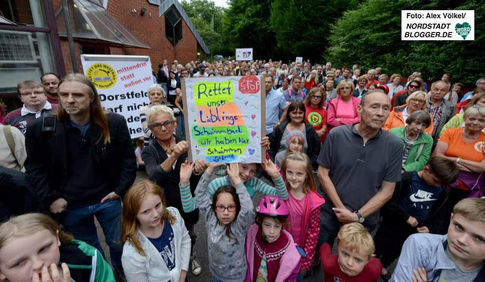 """Die Initiative """"Rettet das Westbad"""" organisierte eine sehr gut besuchte Kundgebung."""