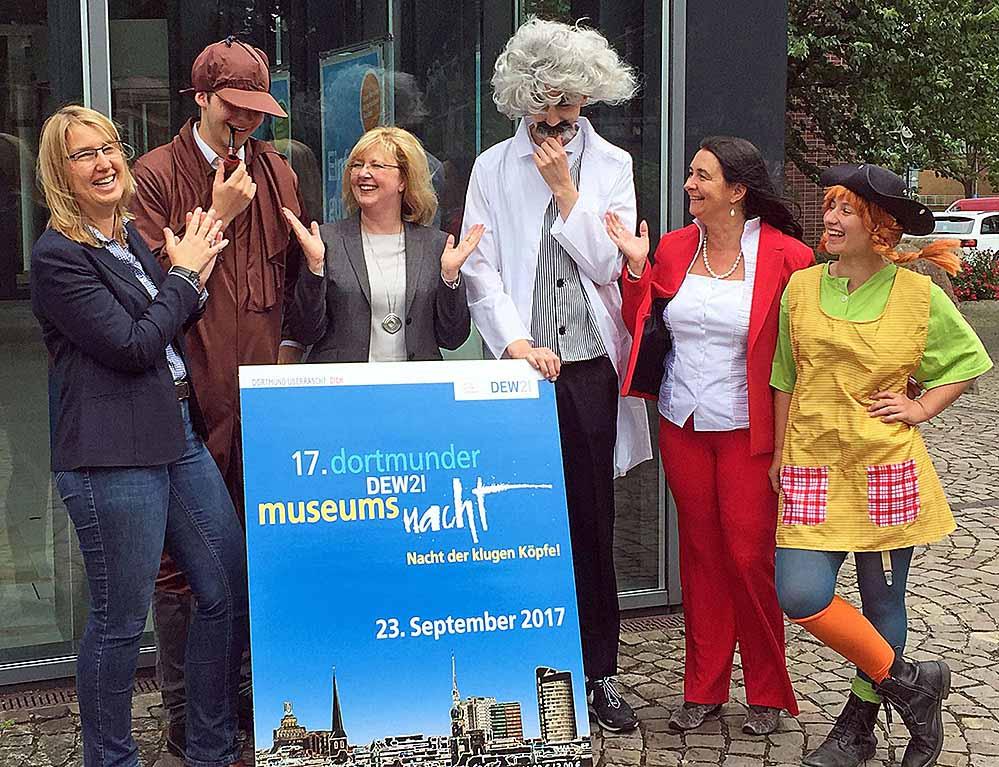 Mit Sherlock Holmes, Albert Einstein und Pippie Langstrumpf freuen sich Dr. Dr. Elke Möllmann, Dr. Martina Sprotte und Projektleiterin Kerstin Keller-Düsberg auf die 17. DEW21-Museumsnacht am 23. September. Foto: Joachim vom Brocke