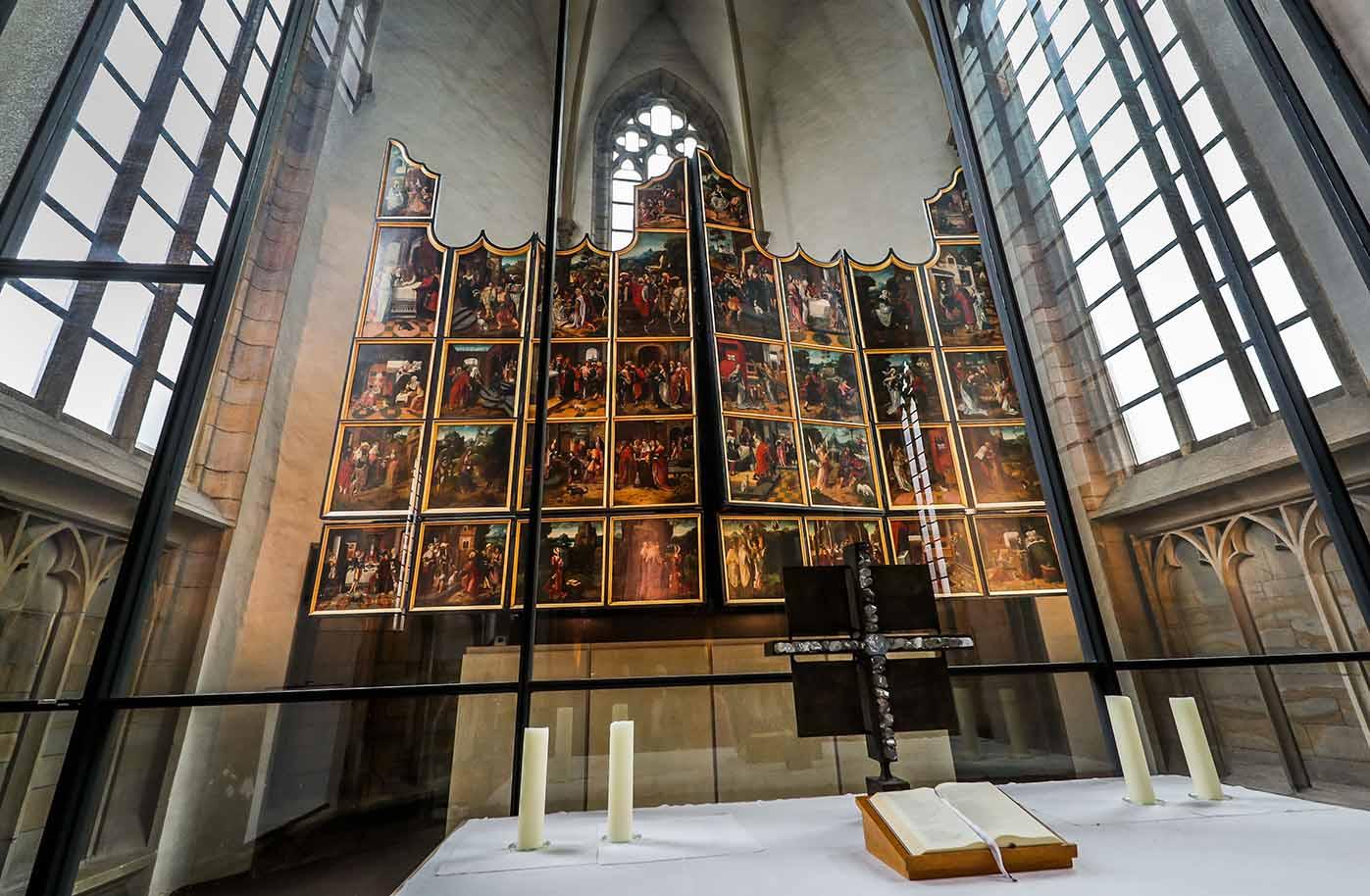 """Der prachtvolle Antwerpener Flügelaltar der St. Petri-Kirche ist als das """"Goldene Wunder"""" bekannt. Fotos: Stephan Schuetze"""