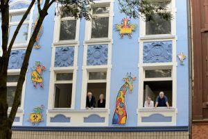 Die ungewöhnliche Fassadengestaltung von Günter Rückert ist fertig.