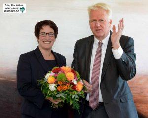 Vom DEW21-Aufsichtsratsvorsitzenden bekam Heike Heim Blumen zum Einstand.