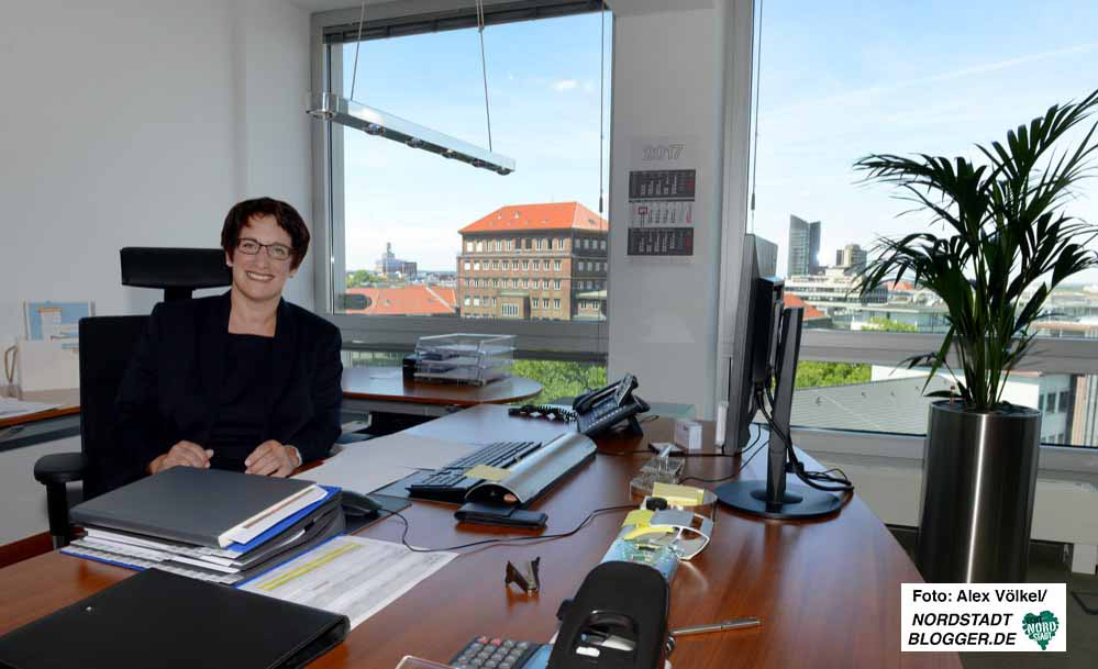 Ihren neuen Arbeitsplatz im sechsten Stock der DEW21-Zentrale hat sie bezogen.