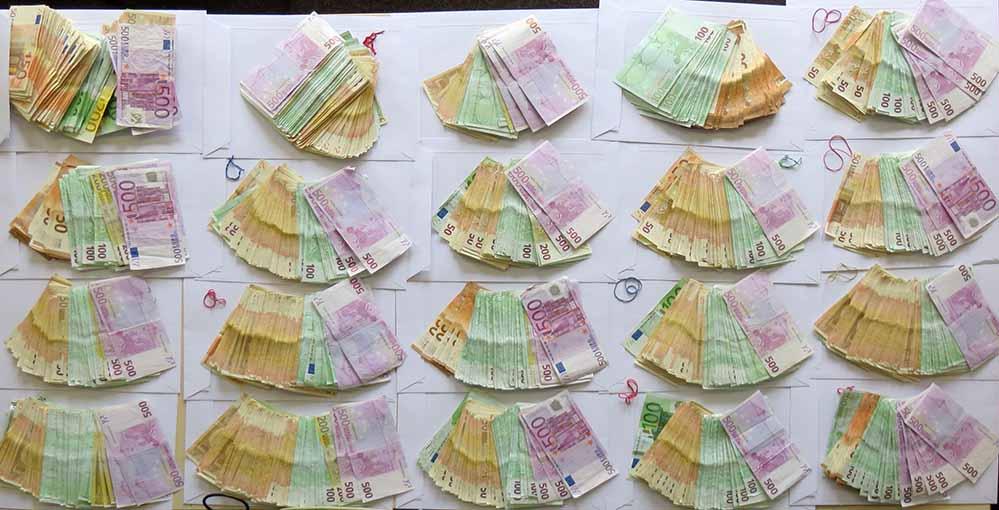 """Die Ermittler konnten circa 220.000 Euro Bargeld, 3500 Gramm Marihuana und diverse Waffen (u.a. Schreckschusswaffen und einen sog. """"Totschläger"""") beschlagnahmen bzw. sicherstellen."""