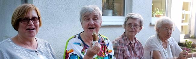 Sommerabende im Luther-Kirchgarten: Scharfer Gurkensalat, heiße Würstchen und gute Gespräche in der Nordstadt