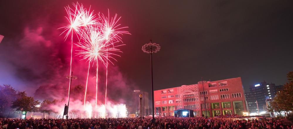 Das traditionelle Musikfeuerwerk der Dortmunder DEW21-Museumsnacht über dem Friedensplatz. Foto: Rupert Warren