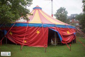 """Das neue Zelt des """"Circus Soluna"""" steht auf einer Wiese neben dem Dietrich-Keuning-Haus."""