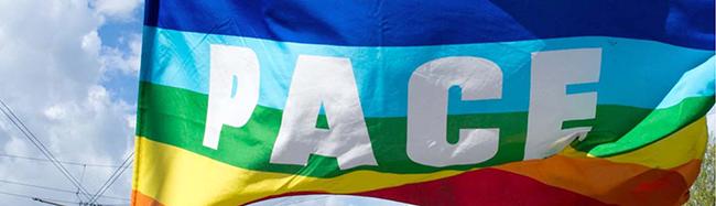 """Inszenierung von Künstler Leo Lebendig: Bürgermeisterin Jörder hisst """"Mayors for Peace""""-Flagge auf dem Friedensplatz"""