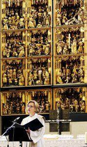 Pastorin Almut Begemann in Aktion vor dem Altar. (Archivbild)