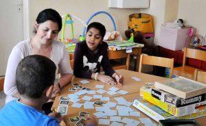 Die Kinder können mit den Erzieherinnen lernen und verschiedenste Spiele spielen