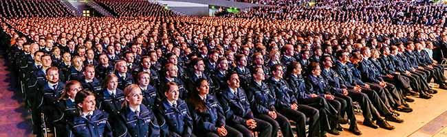 """1.920 PolizistInnen in der Westfalenhalle in Dortmund vereidigt – Reul: """"Sie machen dieses Land ein Stück sicherer"""""""