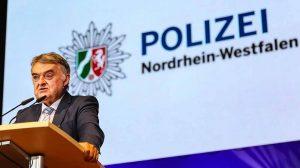 Der neue NRW-Innenminister Herbert Reul begrüßt die neuen PolizistInnen.