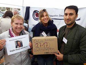 Unterschriftensammlung: Initiatorin der Petition Birgit Körner Herwig, Sigi Czyrt und Najib beim Münsterstraßenfest.