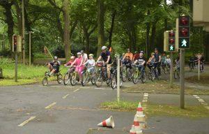 Die Organisatoren der Sternfahrt sind mit Kindern eine Runde auf dem Verkehrsübungsplatz gefahren.