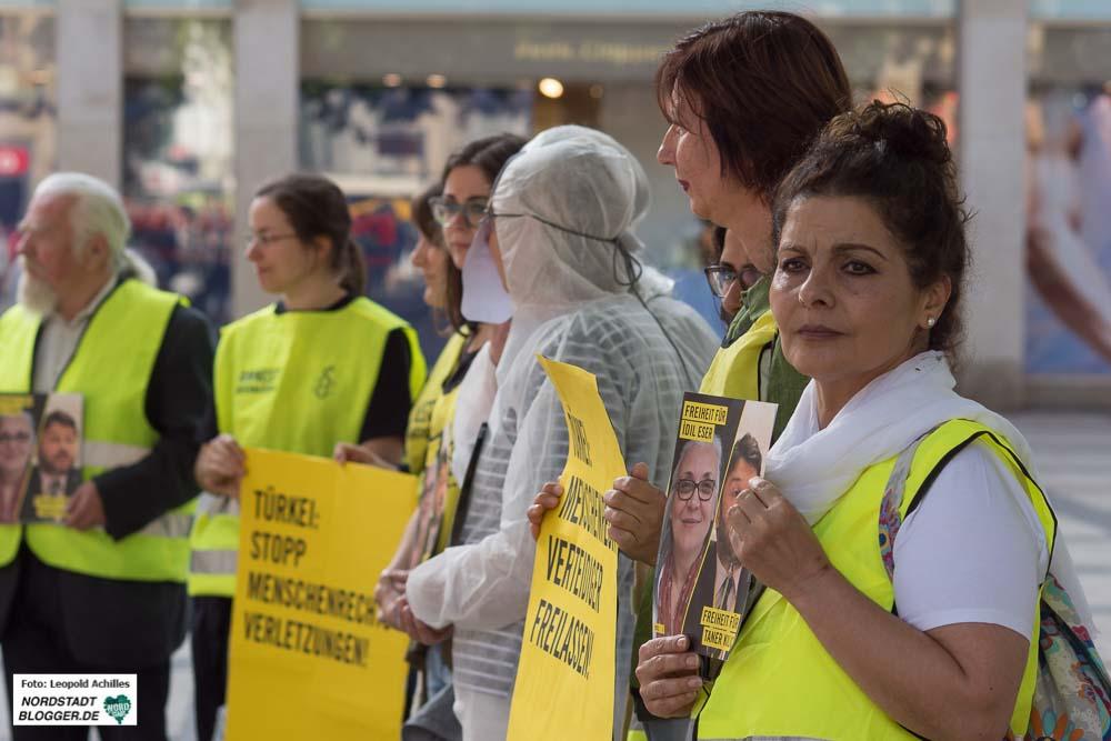 AktivistInnen von Amnesty International demonstrieren in Dortmund