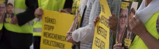 Amnesty International demonstriert in Dortmund für die Freilassung der in der Türkei inhaftierten AktivistInnen