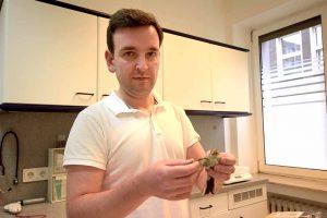 Der Tierarzt Vladyslav Gorodnov untersuchte den jungen Vogel. Foto: Ole Steen