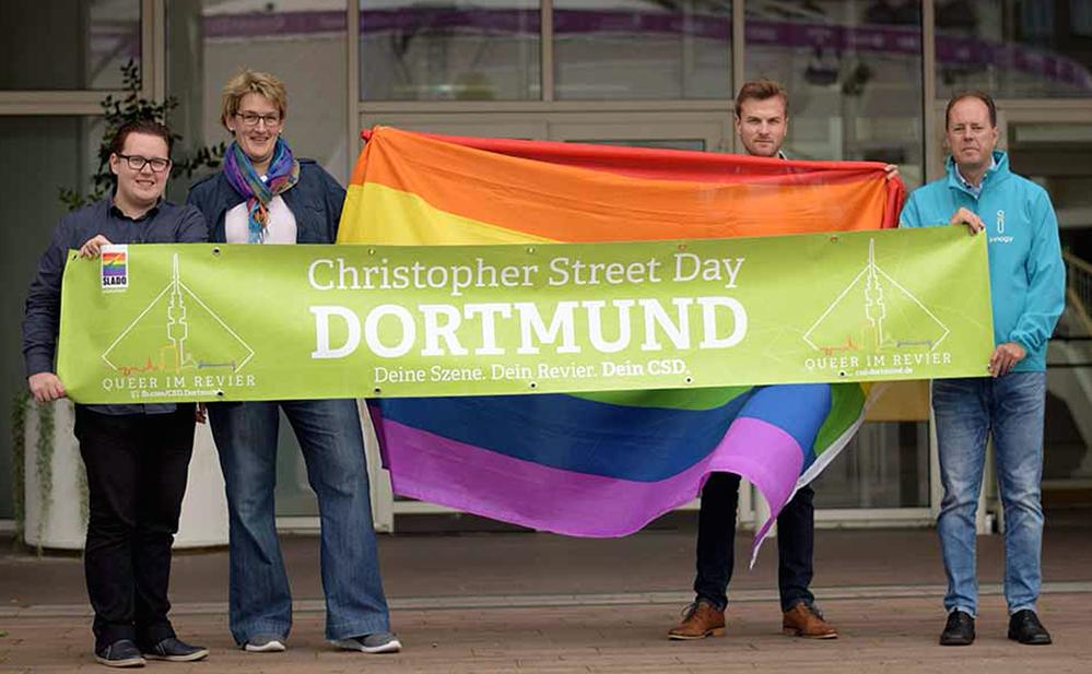 Maik Szczesny ( SLADO Vorstand), Christine Brämer, Julian (beide Stadt Dortmund) und Mario Leikop (innogy) (v.li.) stellen den CSD 2017 vor.