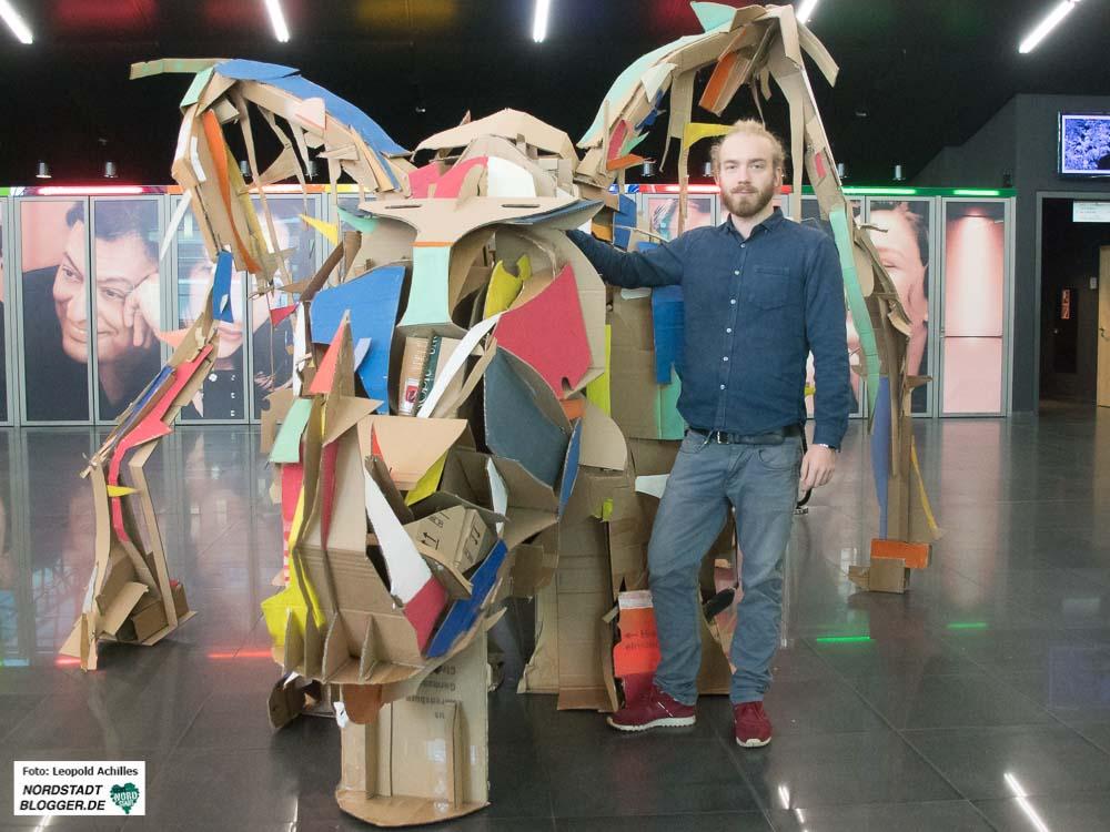 Das Nashorn aus Pappe mit seinem Erschaffer: Felix Meermann im Foyer des Dortmunder Konzerthauses.