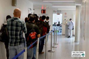 Schlangestehen beim Jobcenter - doch wer Arbeiten darf, darüber entscheidet der ausländerrechtliche Status.