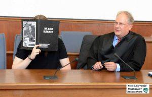 Salafist Iwan K. - hier mit seinem Verteidiger Dr. Ralf Bleicher - wird derzeit vor der Staatsschutzkammer des Landgerichtes in Dortmund wegen der Vorbereitung einer schweren staatsgefährdenden Straftat angeklagt.