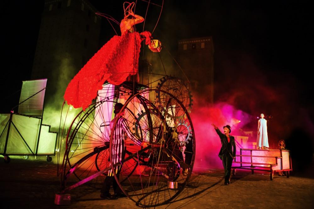 Das Ondadurto Teatro kommt auf den Friedensplatz. Foto: Andrea Macchia