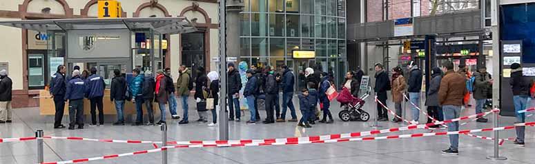 Eine Warteschlange von Geflüchteten in der Berswordthalle - eine von drei Warteschlange in der Ausländerbehörde in Dortmund.