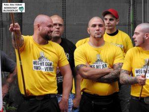 Fast alle KundgebungsteilnehmerInnen hatten sich mit Hemden aus Brück Versand eingedeckt.