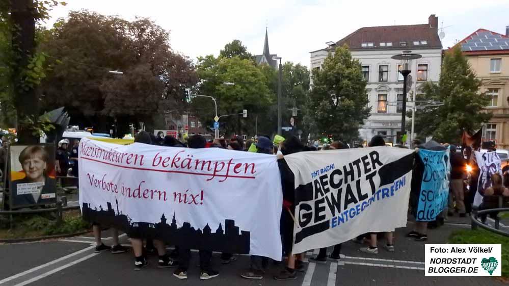 250 AntifaschistInnen demonstrierten gegen Nazi-Umtriebe, 70 Neonazis gegen das NWDO-Verbot. Fotos: Alex Völkel