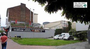 Der Parkplatz gegenüber der Polizei gehört der Stadt, das kleine graue Gebäude einem weiteren Eigentümer.