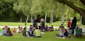 """Der """"Stern im Norden e.V."""" veranstaltet die """"Sommerzeit im Hoeschpark"""". Die Kinder können spielen, lernen und bekommen Mittagessen."""