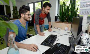 Muhamed Ali Abdulaziz und Mohamed Ali Natoura haben einen Ausbildungsplatz als Fachinformatiker für Anwendungsentwicklung ergattert. Fotos: Alex Völkel