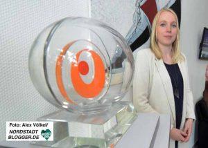 Caroline Pitzer freut sich über den Interkulturellen Wirtschaftspreis, den das Unternehmen 2016 gewonnen hat.