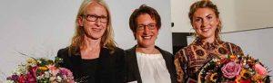 Kunstpreisträgerin Sonja Kuprat (li.) und Förderpreisträgerin Silke Schönfeld (re.) mit DEW21-Chefin Heike Heim.