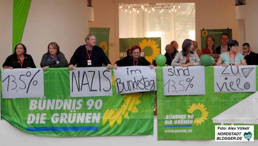 """""""13,5 Prozent Nazis im Bundestag sind zu viel"""", kommentierten die Grünen auch optisch in der Bürgerhalle. Foto: Alex Völkel"""