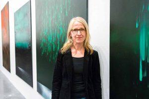 Das erste Foto zeigt DEW21 Kunstpreisträgerin 2017, Sonja Kuprat, vor ihren Gemälden. Fotograf: DEW21/Simon Bierwald