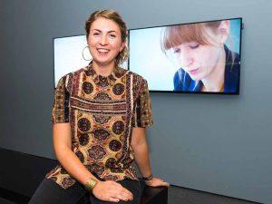 Förderpreisträgerin Silke Schönfeld vor ihrem Filmbeitrag. Foto: DEW21/Simon Bierwald