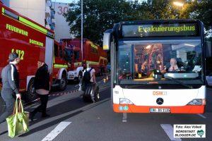 Wer keine andere Bleibe hatte, konnte mit einem Bus zur Helmut-Körnig-Halle fahren.